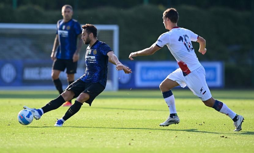 Gelandang Inter Milan Hakan Calhanoglu (menendang bola)
