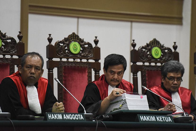 Dwiarso Budi Santiarto (tengah)
