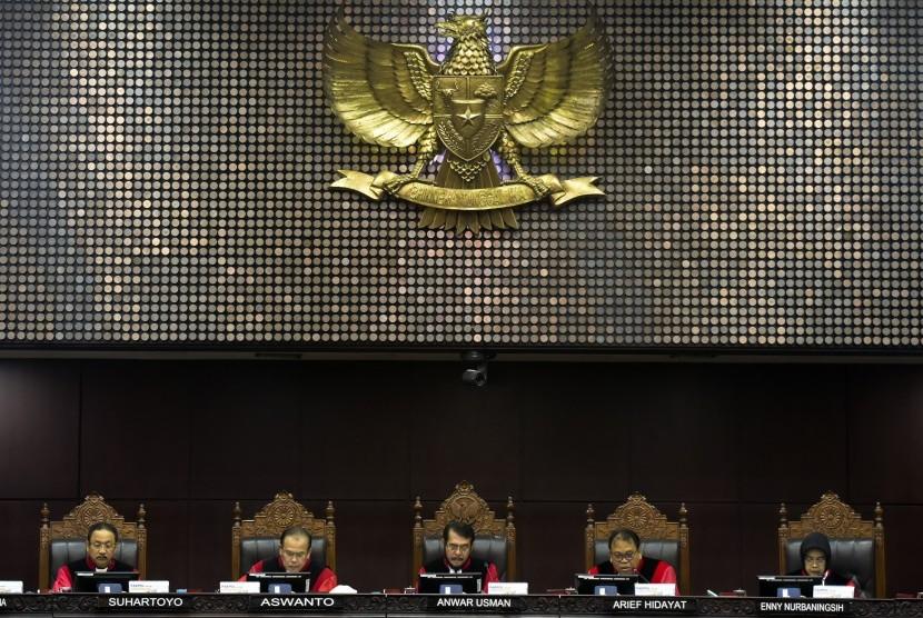 [ilustrasi] Hakim Ketua Konstitusi Anwar Usman (tengah) didampingi (dari kiri) hakim konstitusi Suhartoyo, Aswanto, Arief Hidayat, Enny Nurbaningsih memimpin sidang putusan gugatan quick count atau hitung cepat pada Pemilu serentak 2019 di Mahkamah Konstitusi, Jakarta, Selasa (16/4/2019).