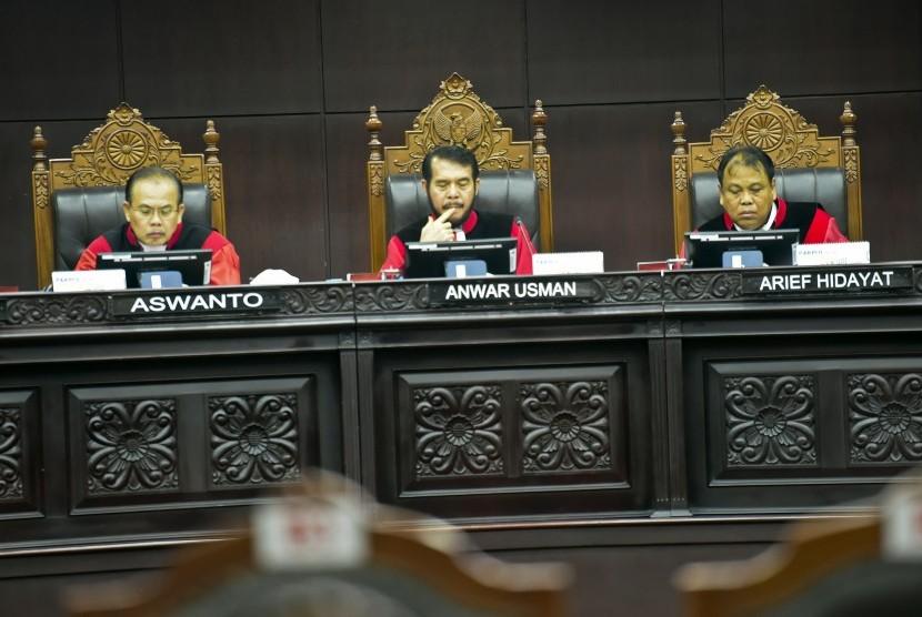Hakim Ketua Konstitusi Anwar Usman (tengah) memimpin sidang putusan gugatan quick count atau hitung cepat pada Pemilu serentak 2019 bersama Hakim Konstitusi Arief Hidayat (kanan) dan Aswanto di Mahkamah Konstitusi, Jakarta, Selasa (16/4/2019).