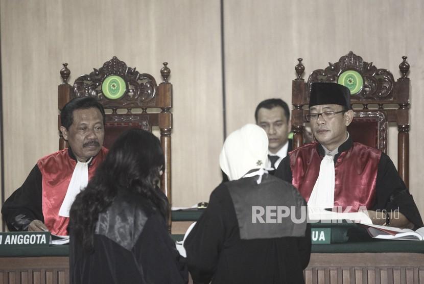 Hakim Ketua Mulyadi (kanan) bersama Hakim Anggota Tugianto (kiri) memimpin jalannya sidang Peninjauan Kembali (PK) ke Mahkamah Agung (MA) terkait kasus penistaan agama yang menjerat Ahok di Pengadilan Negeri Jakarta Utara, Jakarta, Senin (26/2).
