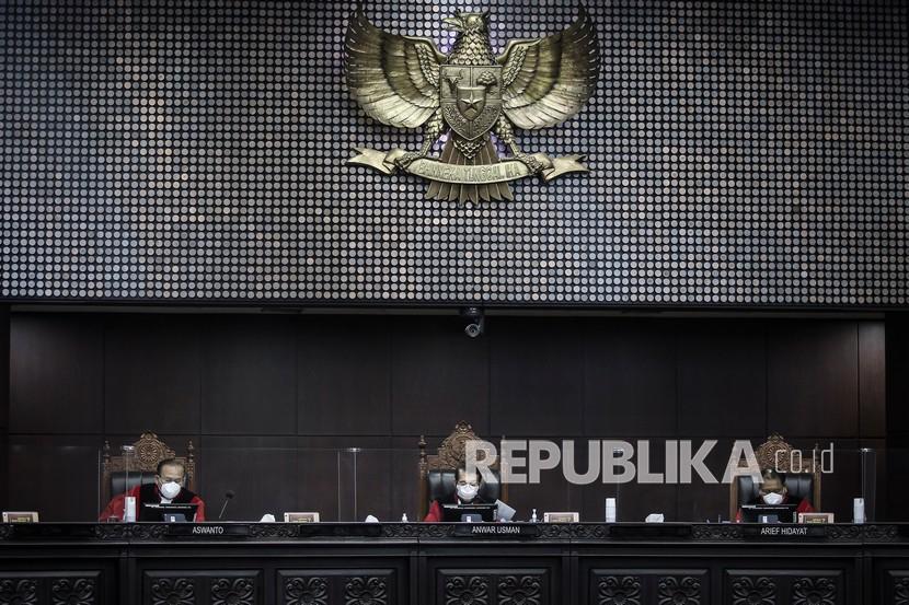 Hakim Konstitusi Anwar Usman (tengah), Aswanto (kiri) dan Arief Hidayat (kanan) memimpin sidang Pengujian Materiil Undang-Undang Nomor 19 Tahun 2019 tentang Perubahan Kedua Atas Undang-Undang Nomor 30 Tahun 2002 tentang Komisi Pemberantasan Tindak Pidana Korupsi terhadap UUD 1945 di gedung Mahkamah Konstitusi (MK), Jakarta, Jumat (30/7/2021). Sidang tersebut beragendakan pengucapan ketetapan perkara.