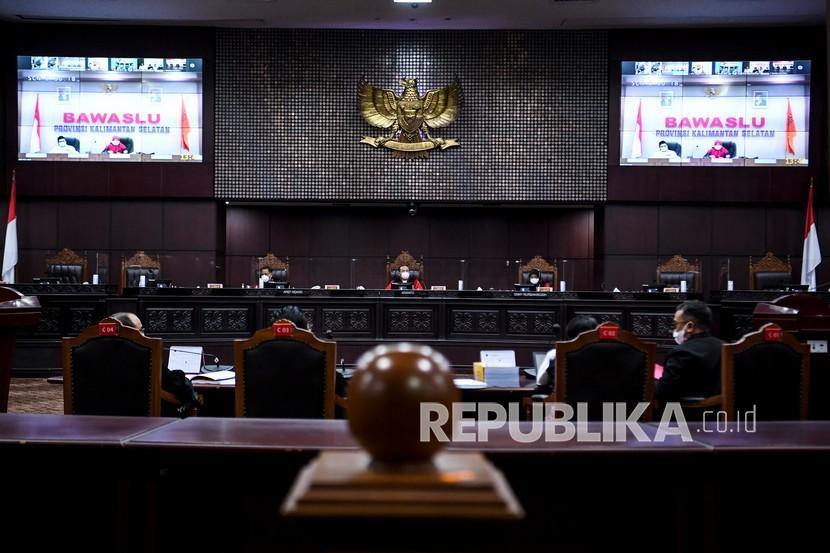 Hakim Konstitusi Aswanto (tengah), Arief Hidayat (kanan) dan Enny Nurbaningsih (kanan) memimpin sidang Perselisihan Hasil Pemilihan (PHP) Gubernur Kalimantan Selatan di Gedung MK, Jakarta, Jumat (23/7/2021). Sidang sengketa Pilgub Kalimantan Selatan dengan pemohon pasangan Denny Indrayana dan Difriadi itu beragendakan mendengarkan jawaban termohon, keterangan pihak terkait, keterangan Bawaslu, dan pengesahan alat bukti.