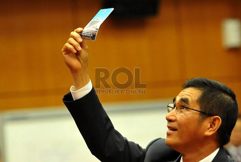 Hakim Konstitusi Hamdan Zoelva menunjukan surat suara saat proses pemilihan ketua dan wakil ketua Mahkamah Konstitusi (MK) dengan sistem voting di Jakarta, Jumat (1/11).     (Republika/Prayogi)