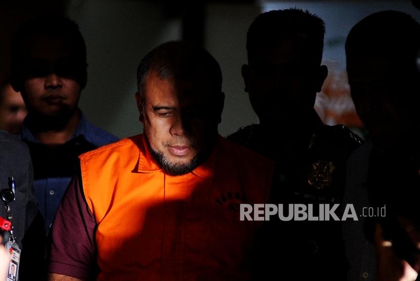 Hakim Mahkamah Konstirusi Patrialis Akbar berjalan menuju mobil tahanan seusai menjalani pemeriksaan di Gedung KPK, Jakarta, Jumat (27/1) dini hari.