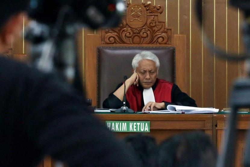 Hakim tunggal Cepi Iskandar memimpin sidang praperadilan Setya Novanto terhadap KPK terkait status tersangka kasus dugaan korupsi KTP Elektronik di Pengadilan Negeri Jakarta Selatan, Jakarta, Senin (25/9).