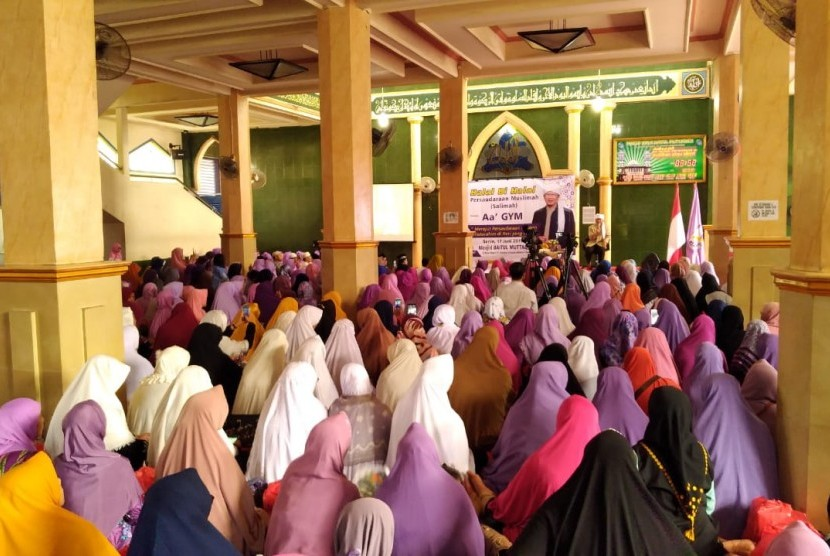 Halal bihalal Salimah bersama Aa Gym di Jakarta, Senin (17/6),
