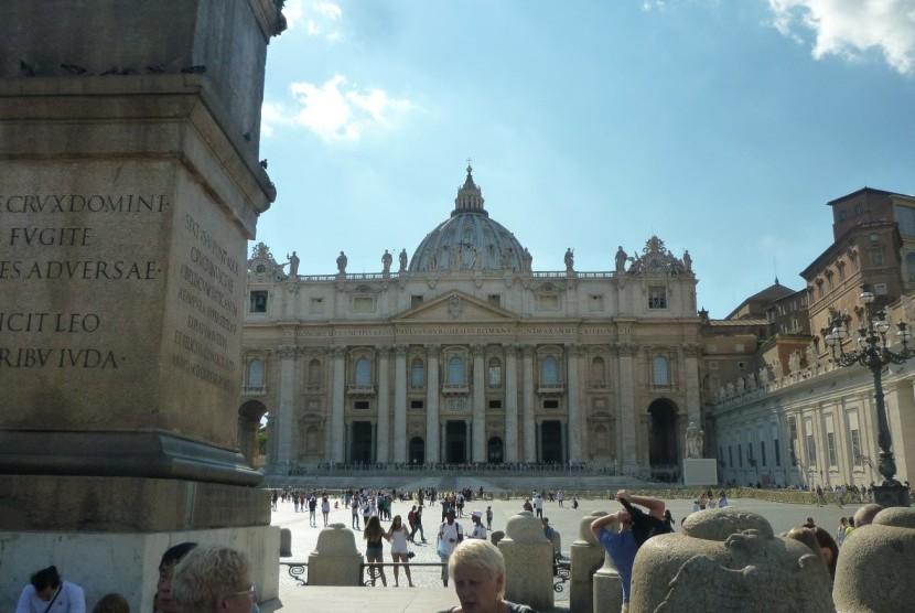 Halaman Vatikan ramai dikunjungi turis.