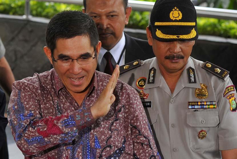 Ketua Mahkamah Konstitusi (MK) Hamdan Zoelva (kiri) berjalan menuju ruang tunggu setibanya di Gedung KPK, Jakarta, Kamis (12/12).  (Antara/Wahyu Putro)