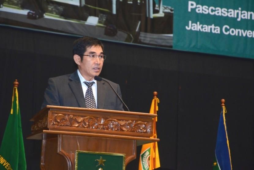 Hamdan Zoelva saat menyampaikan orasi ilmiah di acara wisuda Unas periode II 2013/2014, di Jakarta.