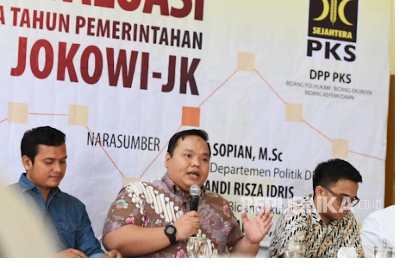 Handi Risza Sekretaris Bidang Ekuinteklh DPP PKS (Tengah)