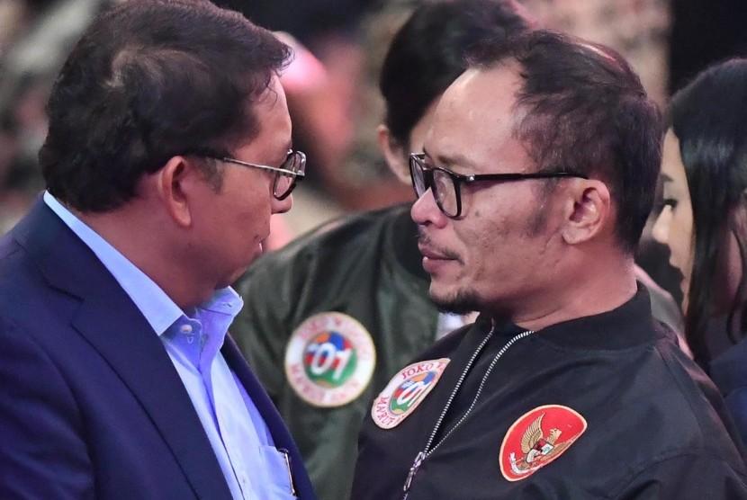 Hanif Dhakiri (kanan) dan Fadli Zon (kiri) menghadiri debat Capres nomor urut 01 Joko Widodo dan Capres nomor urut 02 Prabowo Subianto di Hotel Sultan, Jakarta, Minggu (17/2/2019).