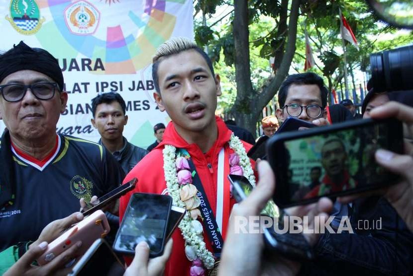 Hanifan Yudani Kusuma, atlet pencak silat peraih medali emas di ajang Asian Games 2018 diwawancara wartawan saat penyambutan, di halaman GOR Tri Lomba Juang, Jalan Pajajaran, Kota Bandung, Senin (3/9).