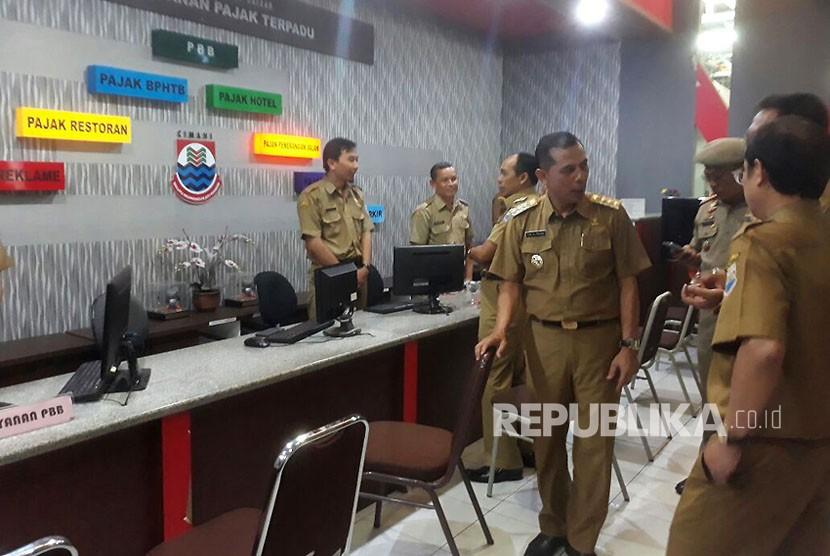 Hari pertama kerja, Walikota Cimahi, Ajay M Priatna dan Wakilnya, Ngatiyana bersama beberapa kepala dinas di Pemkot Cimahi melakukan sidak ke beberapa kantor dinas, Senin (23/10).