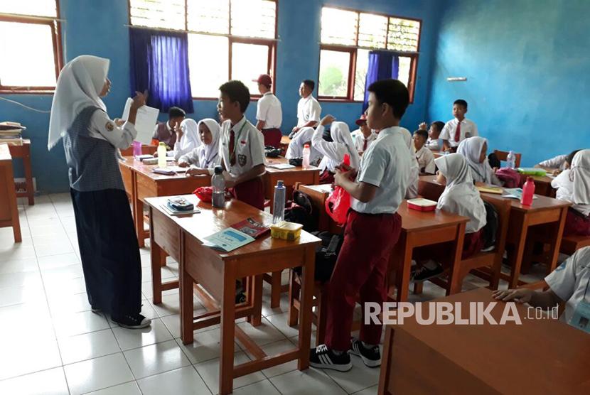 Hari pertama masuk sekolah di SMPN 21 Pamulang, Tangerang Selatan. Tidak ada atribut yang melekat pada peserta didik baru, Senin (17/7). (Ilustrasi)