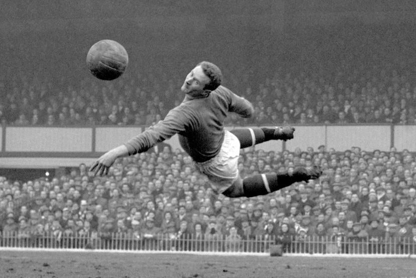 Dua Legenda United Beri Penghormatan Terakhir Harry Gregg