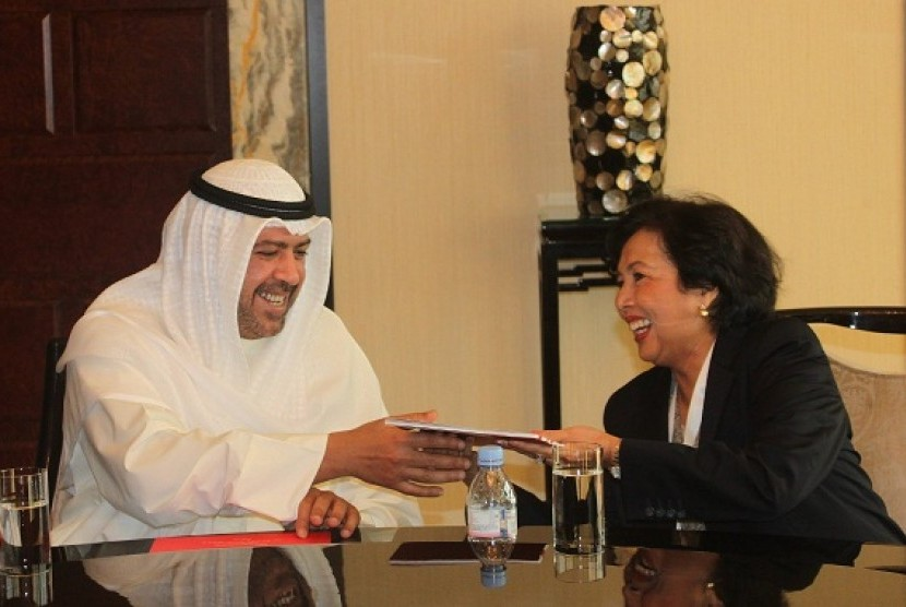 Head of Indonesian Olympic Committee (KOI), Rita Subowo (right), meets president of Olympic Council of Asia (OCA), Sheikh Ahmad Al Fahad Al Sabah, in Macau, China, on Wednesday. Subowo hands over Indonesian government's letter to support Surabaya asa a hos