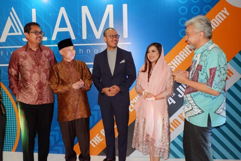 Head of Syndication & Capital Markets Emirates Islamic Bank, Romy Buchari; tokoh perbankan syariah Indonesia, Riawan Amin; CEO ALAMI, Dima Djani; Tasya Kamila;  dan CEO Karim Consulting, Adiwarman Karim (dari kiri ke kanan),  dalam acara soft launching platform ALAMI dan diskusi