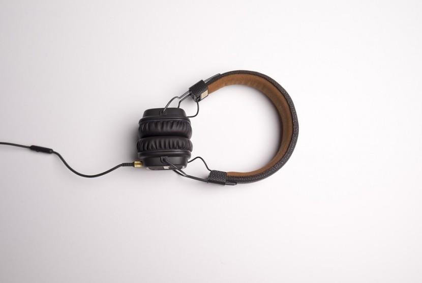 Headphone atau earphone untuk mendengarkan musik.