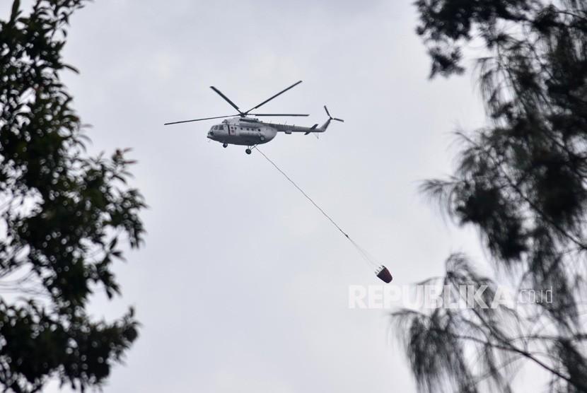 Helikoper tipe MI 8 EY-225 milik Badan Nasional Penanggulangan Bencana (BNPB) terbang dengan membawa wadah air usai melakukan pemadamam kebakaran di Taman Nasional Gunung Merbabu (TNGM), Thekelan, Getasan, Kabupaten Semarang, Jawa Tengah, Rabu (17/10/2018).