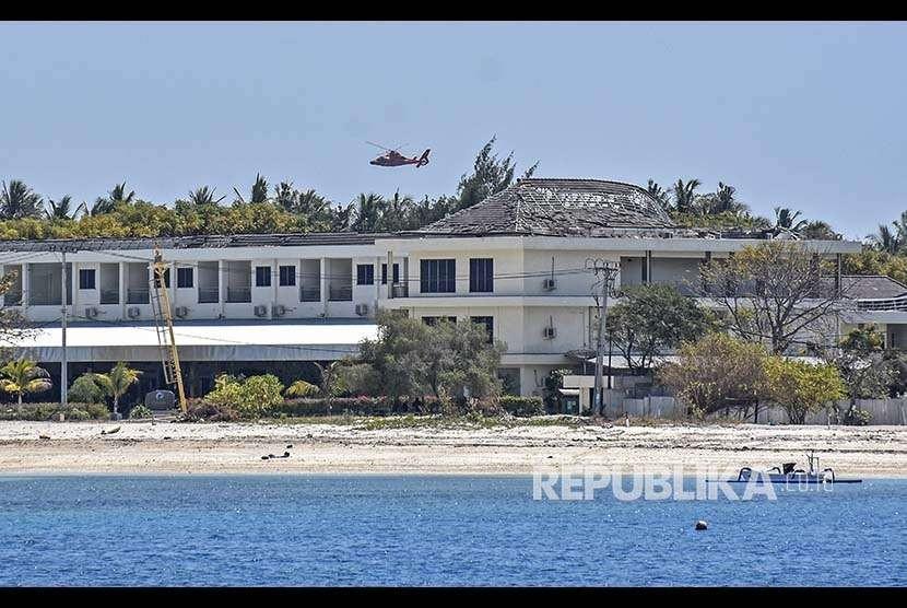 Helikopter Basarnas terbang rendah saat patroli mengelilingi pulau Gili Air, Lombok Utara, NTB, Rabu (8/8). Basarnas melakukan patroli di kawasan tiga gili untuk memastikan semua wisatawan dan warga sudah dievakuasi pasca gempa.