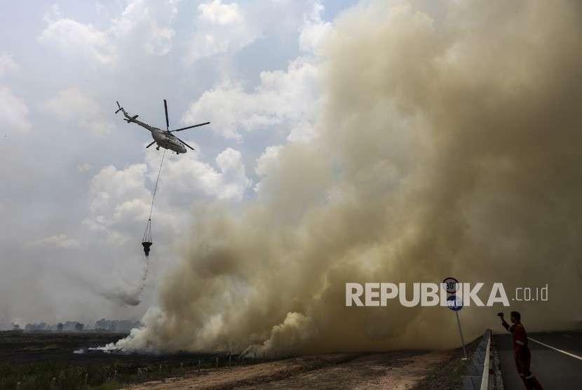 Helikopter MI-8Mtv milik Badan Nasional Penanggulangan Bencana (BNPB) melakukan pemadaman kebakaran lahan dari udara (water bombing) yang berada di dekat jalan tol Palembang-Indralaya Km 14 Desa Arisan Jaya, Ogan Ilir (OI), Sumatra Selatan.