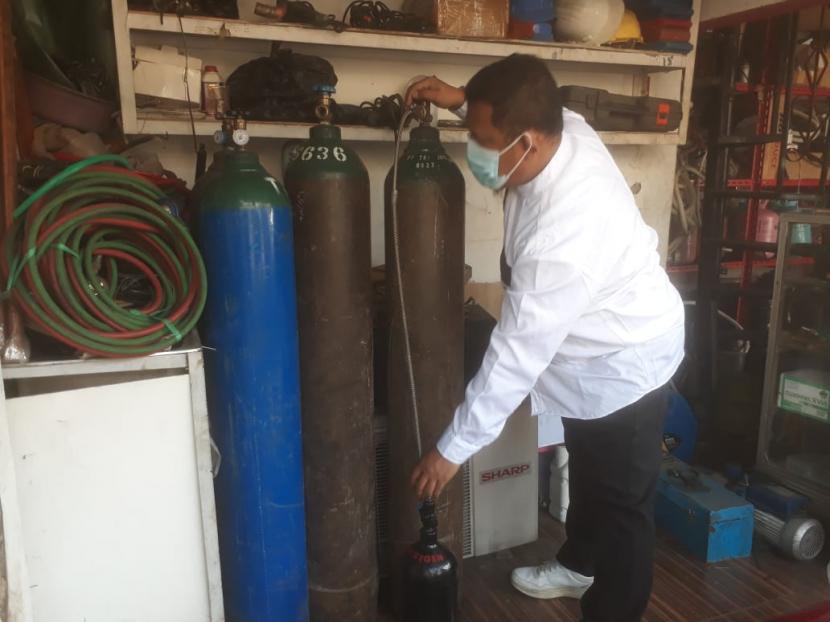 Hendra Setiawan, warga Kota Cimahi berbagi menyalurkan oksigen gratis kepada masyarakat yang membutuhkan. Tiap hari ia menyediakan 24 meter kubik oksigen untuk penyaluran 1 meter kubik per orang.