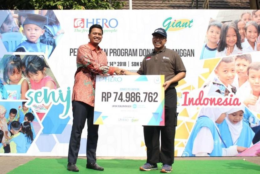 """Hero Supermarket dan Giant meresmikan Program Donasi Pelanggan pada acara """"Fun Teaching Day"""" di SDN Pakualam 01 Tangerang Selatan, Senin (14/5)."""