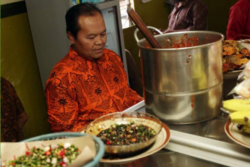 Hidayat Nur Wahid, cagub DKI no.4 melewati santap siang di Warung Tegal (Warteg) Gewart Dago. Hal itu dilakukannya usai mengisi khutbah ibadah shalat Jum'at di Masjid Al Hidayah Kelurahan Kebun Pala Kecamatan Makasar, Jakarta Timur.