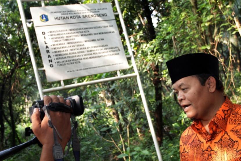 Hidayat Nur Wahid saat mengunjungi Hutan Kota Srengseng