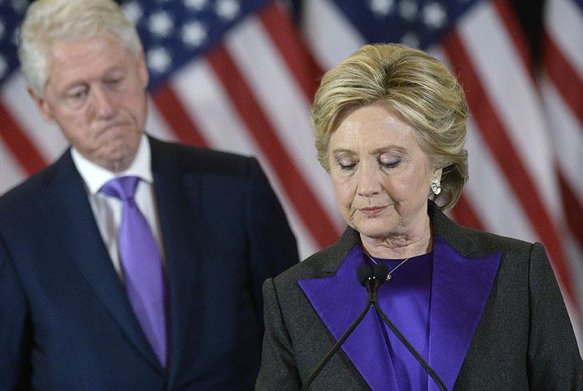Kandidat Presiden Amerika Serikat (AS) dari Partai Demokrat, Hillary Clinton,  didampingi suaminya mantan Presiden AS Bill Clinton, memberikan pidato atas kekalahannya dalam pemilu di New York, Rabu (9/11).