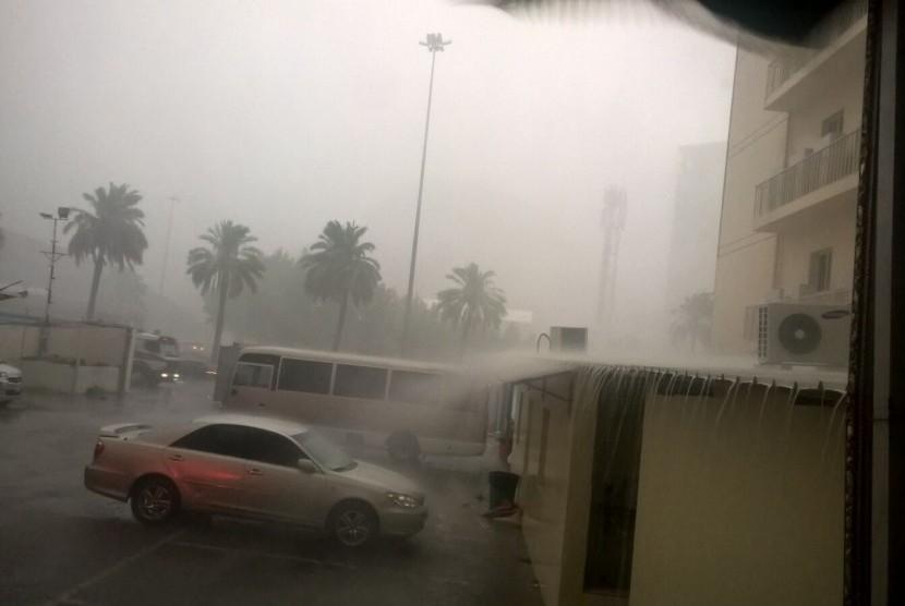 Arab Saudi Keluarkan Peringatan Cuaca Hingga Kamis. Hujan dan angin kencang melanda Makkah