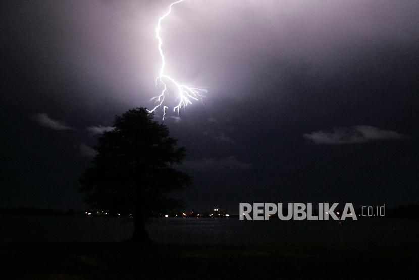 Hujan petir (ilustrasi)