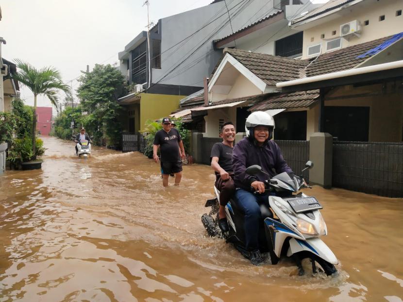 Luapan Kali Angke, Ratusan Rumah Terendam Banjir ...