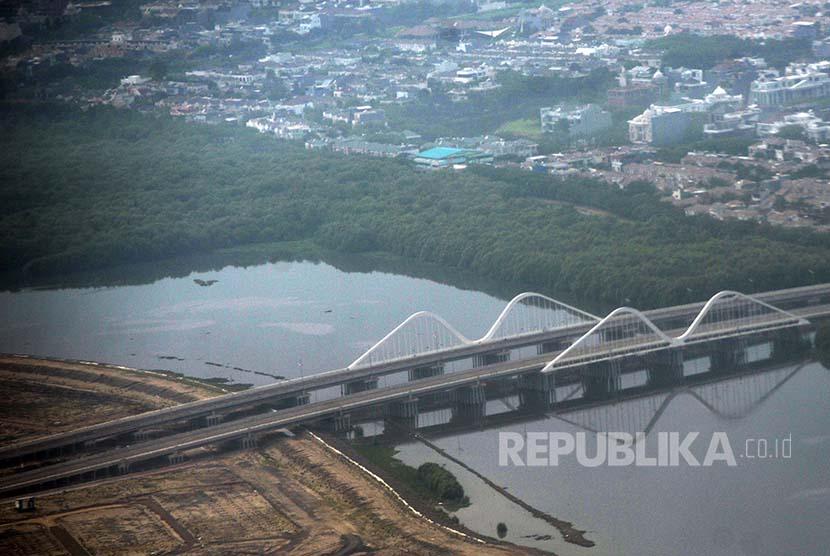 Hutan lindung Mangrove Angke tampak dari udara, Jumat (23/9).