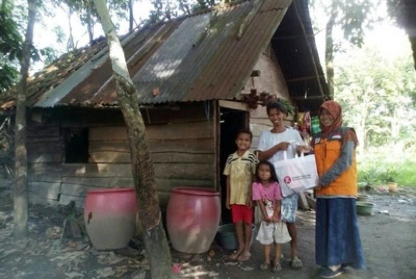 Ibu Alif menerima bingkisan lebaran keluarga dari Rumah Zakat