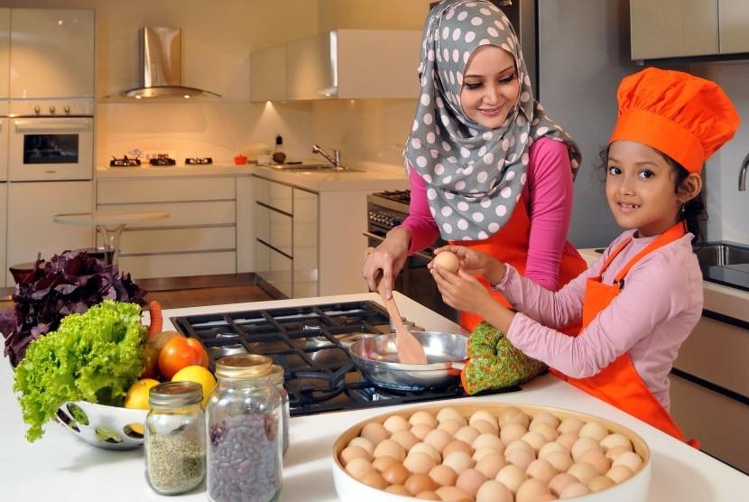 Ibu Dan Anak Memasak Di Dapur