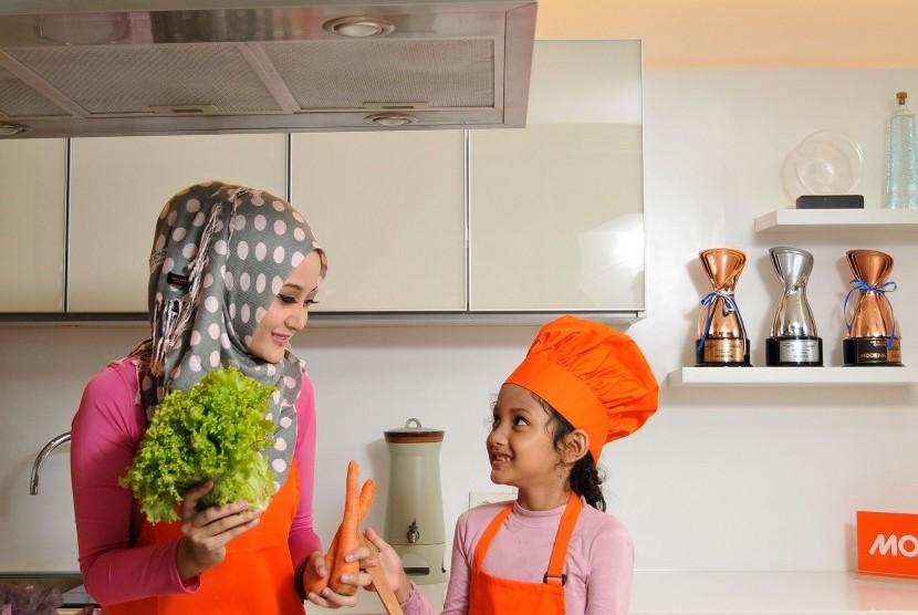 Ibu Dan Anak Memasak Di Dapur Irasi