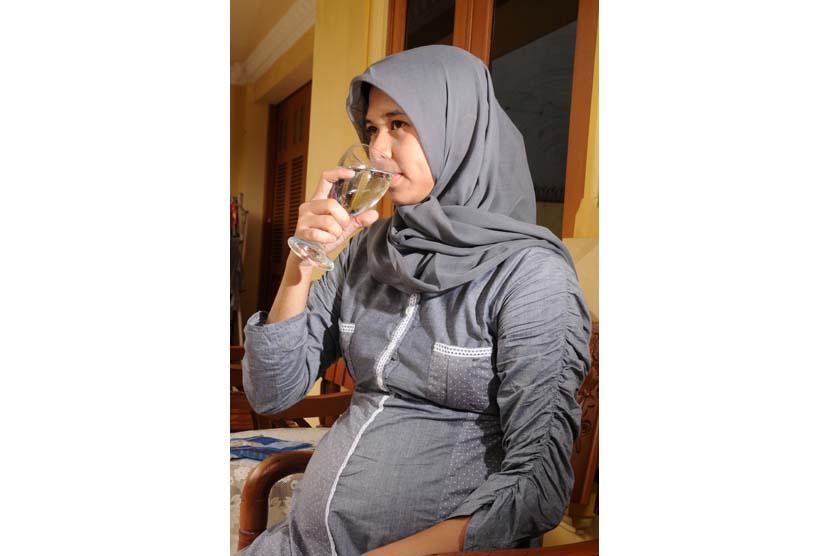 Ibu hamil minum air (ilustrasi).