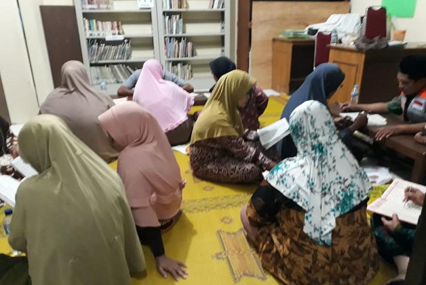 Ibu-ibu antusias mengikuti program SiMaQu Rumah Zakat