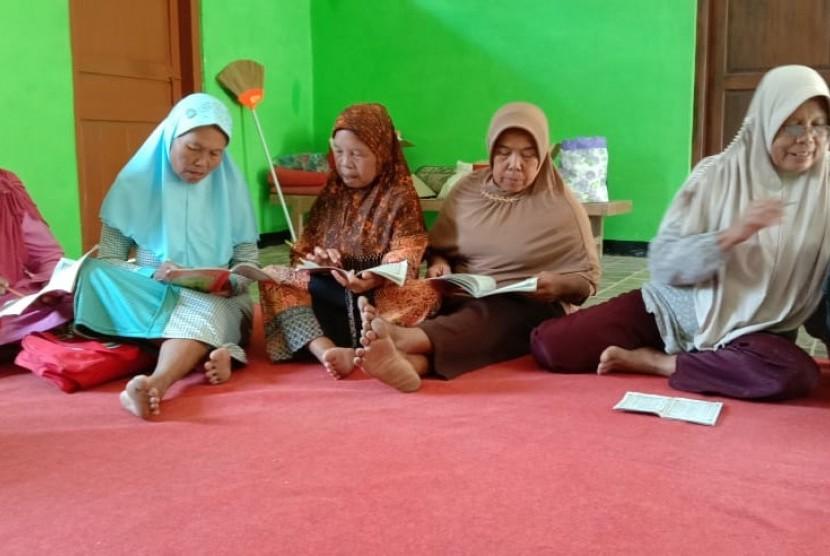 Ibu-ibu Desa Ngancar semangat belajar Alquran.
