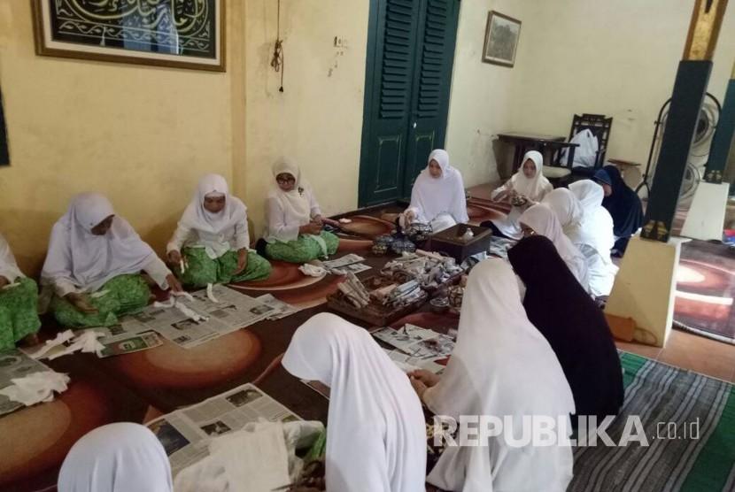 Ibu-ibu wargi Keraton Kasepuhan dipimpin Raden Ayu Isye Natadiningrat menyiapkan sajian untuk tradisi hajat maleman, Kamis (15/6). Tradisi itu rutin diadakan oleh Keraton Kasepuhan mulai 10 hari terakhir Ramadhan.