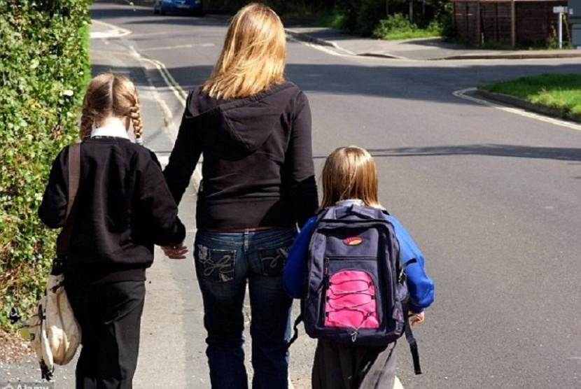 Ibu mengantar anak. Ketiadaan pendampingan orang tua dalam waktu anak diyakini membuat IQ anak lebih rendah dari yang lain (ilustrasi)