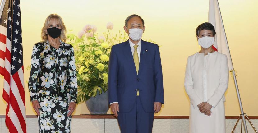 Ibu Negara AS Jill Biden berfoto bersama Perdana Menteri Jepang Yoshihide Suga dan istrinya Mariko di Tokyo, Kamis, 22 Juli 2021.