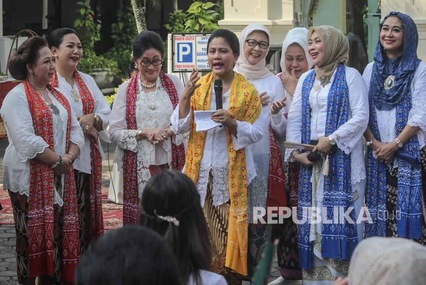 Ibu Negara Iriana Joko Widodo (tengah) memberikan sambutan saat menghadiri acara peringatan Sewindu Himpunan Ratna Busana di Batik Danar Hadi, Solo, Jawa Tengah, Ahad (21/4/2019).