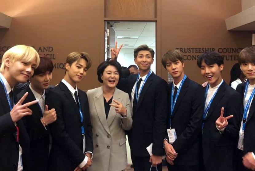 Ibu Negara Korea Selatan Kim Jung Sook berpose bersama boyband BTS di markas besar PBB, New York, Selasa (25/9).