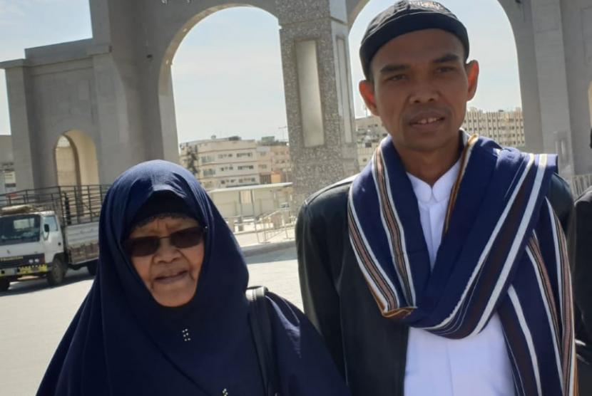 Ibunda Ustaz Abdul Somad (kiri).