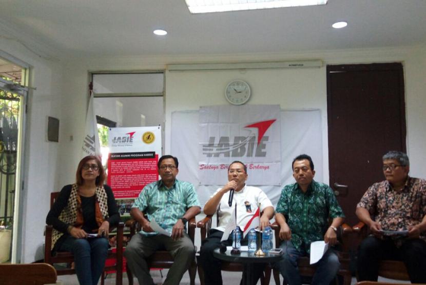 Ikatan Alumni Program Habibie (IABIE) menggelar konferensi pers, menyikapi polemik masuknya perguruan tinggi asing (PTA) ke Indonesia di Euro Management Indonesia, Menteng, Jakarta Pusat, Jumat (2/2).