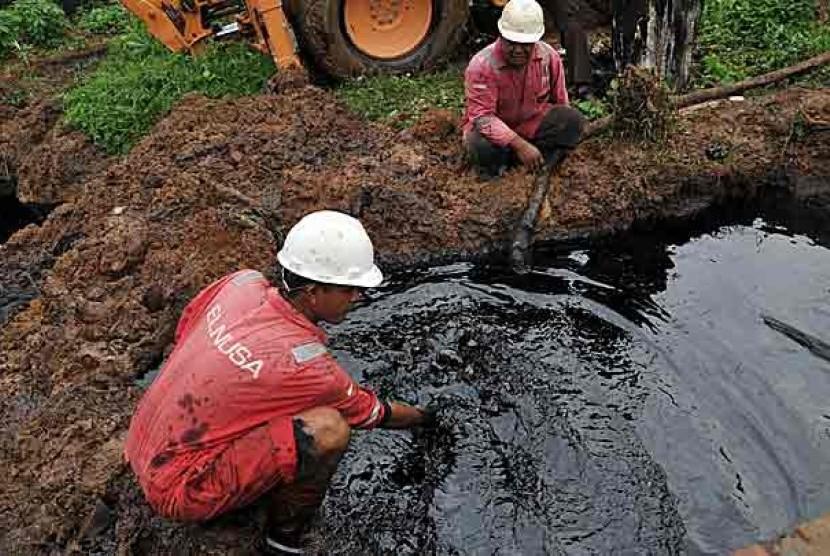 Petugas menyedot minyak mentah yang tumpah (ilustrasi)