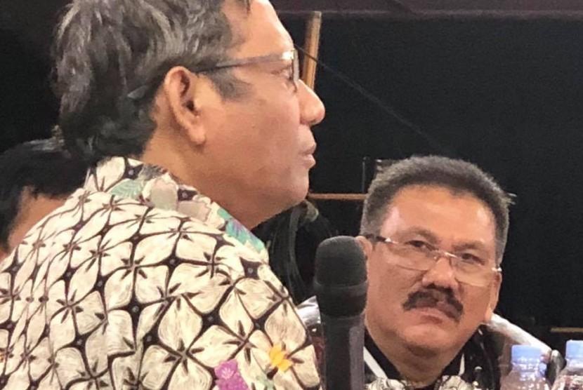 Ilham Bintang (kanan) dan Prof Mahhud MD, dalam acara ILC di TV One semalam, (21/2).
